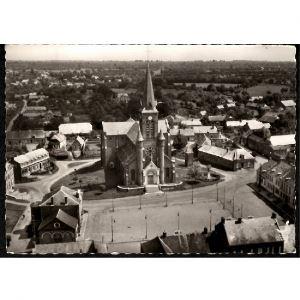 02 - BUIRONFOSSE (Aisne) - En Avion au dessus de...Buironfosse - La Place et l'Eglise Saint Nicolas