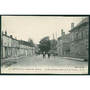 55 - REVIGNY SUR ORNAIN (Meuse) - La Rue de Bar le Duc (près de l'Orme)