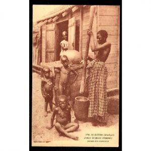 ST LOUIS (Sénégal) - Jeune Dignène pilant du Couscous